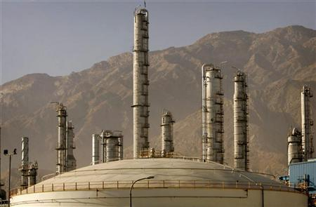 A view of a petrochemical complex in Assaluyeh seaport on Iran's Persian Gulf coast May 28, 2006.  REUTERS/Morteza Nikoubazl