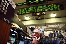 Трейдер работает в торговом зале биржи на Уолл-стрит в Нью-Йорке, 27 февраля 2012 года. Уолл-стрит выросла в четверг, приблизившись к максимумам 2008 года благодаря скачку банковских акций и сильным данным о занятости, но высокие цены на нефть ограничили рост. REUTERS/Brendan McDermid