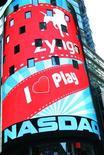 Логотип компании Zynga Inc на электронном табло Nasdaq Market Site в Нью-Йорке, 16 декабря 2011 г. Разработчик онлайн-игр Zynga Inc выпустит сервис, который позволит пользователям играть в игры на сайте компании в обход соцсети Facebook, через которую сейчас распространяется большая часть продуктов производителя игр. REUTERS/Brendan McDermid
