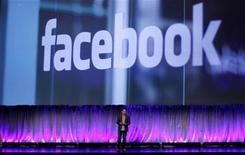 """Vice-presidente de Produtos do Facebook, Chris Cox, faz discurso inaugural no evento global de marketing """"fMC"""" do Facebook, em Nova York. 29/02/2012  REUTERS/Mike Segar"""