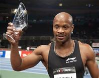 Asafa Powell segura troféu no Madison Square Garden em Nova York. O ex-recordista mundial Asafa Powell vai enfrentar Usain Bolt, atual detentor do recorde mundial, na prova dos 100 metros nos Jogos Bislett em 7 de junho, em Oslo, na Noruega. Foto de arquivo. 28/02/2012     REUTERS/Ray Stubblebine