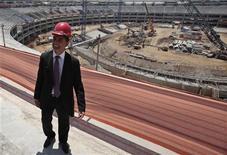 O ex-jogador do Brasil Bebeto visita o estádio do Maracanã no Rio de Janeiro, 2 de março de 2012. O atraso nas obras do estádio do Beira-Rio, em Porto Alegre, é motivo de preocupação na preparação do Brasil para a Copa do Mundo de 2014, segundo o ex-jogador. REUTERS/Sérgio Moraes