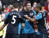 Robin van Persie, do Arsenal, comemora vitória com colegas após partida da Premier League inglesa contra o Liverpool, em Anfield, Liverpool, norte da Inglaterra. 03/03/2012  REUTERS/Phil Noble