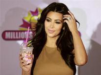 Celebridade da TV Kim Kardashian posa com um milkshake após coletiva de imprensa, em Dubai.Kim e duas de suas irmãs são alvos de um processo de 5 milhões de dólares por conta de denúncia de que elas e a fabricante das pílulas de dieta QuickTrim fizeram propaganda falsa da eficiência do produto para perder peso. Foto de arquivo 13/10/2011 REUTERS/Jumana El Heloueh