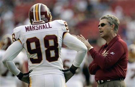 Washington Redskins defensive coach Gregg Williams (R) talks to Washington linebacker Lemar Marshall before their NFL football game against the Jacksonville Jaguars in Landover, Maryland, October 1, 2006. REUTERS/Gary Cameron