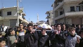 <p>محتجون مناهضون للحكومة يشاركون في تشييع جثمان نشط قتل على ايدي قوات الامن في كفر نبل قرب ادلب يوم الاحد. (صورة لرويترز تستخدم في الاغراض التحريرية فقط يحظر بيعها وتسويقها واستغلالها في حملات اعلانية) - رويترز</p>