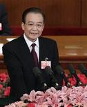 Премьер-министр Китая Вэнь Цзябао выступает на церемонии открытия Национального народного конгресса в Доме народных собраний в Пекине, 5 марта 2012 г. Премьер-министр Китая Вэнь Цзябао сократил ориентир роста для страны до 7,5 процента в 2012 году, чтобы дать экономике больше пространства для замедления, когда правительство будет проводить обещанные экономические и социальные реформы в ожидании грядущей передачи власти.