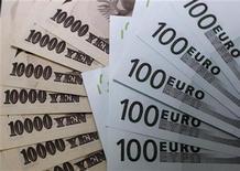 Банкноты в 10.000 иен и 100 евро в банке в Токио, 9 сентября 2010 г. Евро снизился в понедельник из-за опасений о буксующей программе реструктуризации долга Греции и слабых макроэкономических данных еврозоны, хотя потери ожидаются ограниченные из-за фиксирования прибыли в американской валюте. REUTERS/Yuriko Nakao