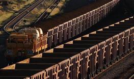 Поезд с железной рудой направляется к объекту Rio Tinto в Дампире, 14 июня 2011 г. Горнорудный гигант Rio Tinto планирует инвестировать $2 миллиарда в проект по добыче железной руды в штате Орисса на востоке Индии, сказал журналистам директор железорудного подразделения компании Сэм Уолш. REUTERS/Daniel Munoz