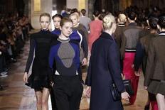 Modelos apresentam criações da designer britânica Stella McCartney como parte da coleção Outono/Inverno de 2012-2013 de prêt-à-porter feminino durante a semana de moda de Paris, 5 de março de 2012. REUTERS/Benoit Tessier