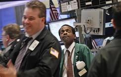Трейдер работает в торговом зале фондовой биржи на Уолл-стрит в Нью-Йорке, 28 февраля 2012 года. Акции на Уолл-стрит подешевели в понедельник вторую сессию подряд на фоне снижения котировок сырьевых компаний после того, как Китай понизил прогноз роста на текущий год. REUTERS/Brendan McDermid