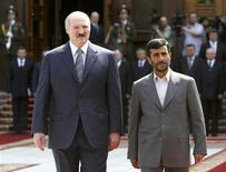 Президент Ирана Махмуд Ахмадинежад и его белорусский коллега Александр Лукашенко на официальной церемонии встречи в Минске 21 мая 2007. Белорусский лидер Александр Лукашенко посочувствовал иранскому коллеге Махмуду Ахмадинежаду, как и он, объекту дипломатического прессинга и экономических санкций со стороны Запада. REUTERS/BelTa