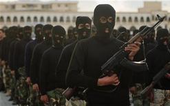 Бойцы спецназа Национальной армии Киренаики во время военного парада в Бенгази 3 марта 2012 года. Гражданское руководство восточной ливийской области Киренаика, где располагаются главные нефтяные месторождения североафриканской страны, объявило во вторник о создании совета для управления делами региона. REUTERS/Esam Al-Fetori