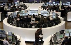 Торговый зал фондовой биржи во Франкфурте-на-Майне, 26 января 2012 года. Европейские рынки акций открылись стабильно в среду, так как снижение индексов до месячных минимумов на предыдущей сессии привлекло новых инвесторов, ставящих на то, что Греция решит свои проблемы, а мировой рост будет достаточно быстрым. REUTERS/Remote/Pawel Kopczynski