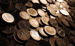 Монеты евро в Риме, 12 декабря 2011 г. В программу обмена облигации Греции будут дополнительно включены бонды на сумму 19 миллиардов евро, принадлежащие пенсионным фондам и управляемые греческим Центробанком по их поручению, сообщили в среду два источника, близкие к вопросу.  REUTERS/Tony Gentile
