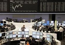 Трейдеры работают на Франкфуртской фондовой бирже, 7 марта 2012 г. Европейские рынки акций подросли в среду благодаря банковским акциям, пока инвесторы с нетерпением ожидают сделки по обмену гособлигаций Греции и в преддверии статистики занятости США от ADP. REUTERS/Cyril Iordansky