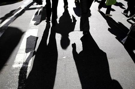 Office workers rush across a city street during peak hour in central Sydney May 20, 2008.       REUTERS/Tim Wimborne