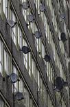 Antenas de satélite emergem de um prédio em Londres, 31 de janeiro de 2012. Reed Hastings, presidente-executivo da Netflix, realizou reuniões sigilosas com algumas das maiores operadoras de TV a cabo dos Estados Unidos nas últimas semanas para discutir a inclusão de mais filmes em formato stream na programação que a empresa oferece, de acordo com fontes informadas sobre o assunto. REUTERS/Luke MacGregor