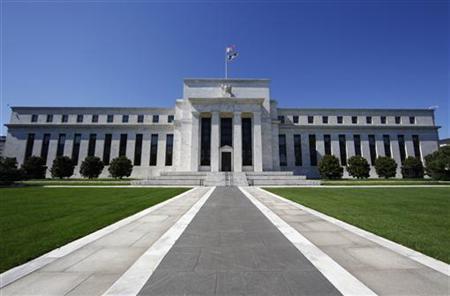 3月7日、米FRBは、成長支援に向け追加的な債券買い入れ実施を決定した場合にインフレを招くとの懸念を払しょくするため、資金を不胎化する措置などの導入を検討していると、米ウォールストリート・ジャーナル紙が報じた。写真はワシントンのFRB本部。昨年6月撮影(2012年 ロイター/Jim Bourg)