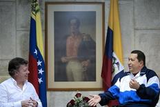 Colombian President Juan Manuel Santos (L) talks with his Venezuelan counterpart Hugo Chavez during a visit in La Habana March 7, 2012. REUTERS/Miraflores Palace/Handout
