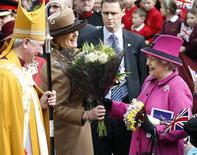 A Rainha Elizabeth, da Grã-Bretanha, dá risada com o bispo Tim Stevens durante visita à Catedral em Leicester. A rainha dará início a viagem de quatro meses pela Grã-Bretanha para celebrar os seus 60 anos de reinado, passando por Inglaterra, Escócia, Gales e Irlanda do Norte. 08/03/2012   REUTERS/Darren Staples