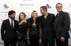 """Madonna (C) e o elenco do filme """"W.E. - O Romance do Século"""", o qual ela dirigiu, posam para fotógrafos no lançamento do filme no Ziegfeld Theater, em Nova York. 23/01/2012   REUTERS/Mike Segar"""