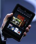 <p>Foto de archivo del presidente ejecutivo de Amazon, Jeff Bezos, durante la presentación de la tableta Kindle Fire en Nueva York, sep 28 2011. El Departamento de Justicia de Estados Unidos ha advertido a Apple y a cinco de las más grandes editoriales estadounidenses que planea demandarlas, acusándolas de actuar en connivencia para aumentar los precios de los libros electrónicos (e-books), dijo el jueves una persona familiarizada con la investigación. REUTERS/Shannon Stapleton</p>