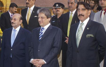 Pakistan's newly appointed Director-General of Inter Services Intelligence (ISI), Lieutenant-General Zaheer-ul-Islam (R), attends a function with Governor of Sindh Ishrat-ul-Ebad (C) and Chief Minister Sindh, Syed Qaim Ali Shah (L) in Karachi December 25, 2011. REUTERS/Arif Hussain
