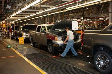 Factory employees are seen working in the plant of General Motors in the city of Silao, in the state of Guanajuato, Mexico in this November 25, 2008 file photo. REUTERS/Henry Romero/Files (MEXICO)