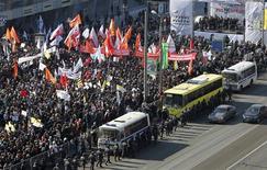 Митинг за честные выборы на Новом Арбате 10 марта 2012 года. Больше десятка тысяч человек вышли на улицы Москвы в субботу выразить недовольство прошедшими выборами президента, которые наблюдатели и оппозиция сочли нечестными, а результаты голосования - подтасованными в пользу Владимира Путина.  REUTERS/Denis Sinyakov