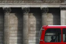 Автобус проезжает мимо Банка Англии в Лондоне, 24 марта 2010 года. Банк Англии сохранил ключевую ставку на рекордно низком уровне 0,5 процента годовых и объем программы выкупа активов - 325 миллиардов фунтов, как и ожидало большинство аналитиков. REUTERS/Darrin Zammit Lupi