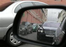 Автомобиль отражается в боковом зеркале впереди идущей машины, 11 сентбря 2007 года. Продажи легковых и легких коммерческих автомобилей РФ выросли в феврале 2012 года на 25 процентов до 206.873 штук, сообщила Ассоциация европейского бизнеса (АЕБ) в воскресенье. REUTERS/Denis Sinyakov