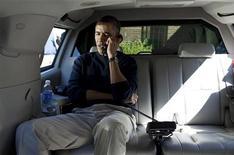 Президент США Барак Обама говорит по телефону с президентом Афганистана Хамидом Карзаем из автомобиля в Мэриленде, 11 марта 2012 года. Расстрел 16 мирных жителей американскими военными в Афганистане может стоить Вашингтону стратегического соглашения с Кабулом о сохранении долгосрочного присутствия США в стране, сказал Рейтер афганский чиновник. REUTERS/Pete Souza/Handout