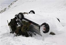 Военные ищут тела людей, погибших в результате схода лавины в афганской провинции Парван, 10 февраля 2010 года. Как минимум 45 человек погибли в результате схода лавины на востоке Афганистана в понедельник, увеличив число жертв самой свирепой зимы в стране за последние 30 лет, сообщили власти. REUTERS/ Omar Sobhani