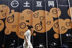 <p>Devant le siège de Tudou Holdings à Shanghai. La société chinoise de vidéo en ligne va fusionner avec sa concurrente Youku.com pour former une nouvelle entité baptisée Youku Tudou. /Photo prise le 17 août 2011/REUTERS/Aly Song</p>