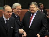 Премьер-министр Люксембурга и председатель Еврогруппы Жан-Клод Юнкер и министр финансов Греции Евангелос Венизелос на встрече Еврогруппы в Брюсселе, 12 марта 2012 г. Министры финансов еврозоны окончательно одобрили предоставление Греции второй программы помощи объемом 130 миллиардов евро и обратили внимание на Испанию, потребовав от нее сокращения целевого уровня дефицита бюджета на этот год. REUTERS/Yves Herman