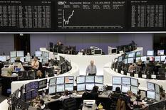 Трейдеры работают в зале Франкфуртской фондовой биржи, 12 марта 2012 г. Европейские рынки акций открылись ростом во вторник в надежде, что статистические данные из Германии и США подтвердят тенденцию роста экономики, а также в ожидании заявления о монетарной политике ФРС США.  REUTERS/Sonya Schoenberger