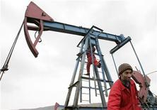 Работники ремонтируют нефтяной насос в Баку, 17 марта 2009 г. Азербайджан временно приостановил экспорт газа в РФ из-за ремонта своего участка газопровода близ азербайджано-российской границы, сообщил Рейтер представитель госнефтекомпании на условиях анонимности. REUTERS/David Mdzinarishvili