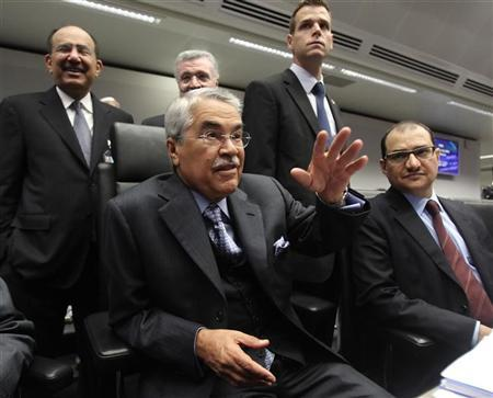 Saudi Arabian Oil Minister Ali al-Naimi (C) talks to journalist during an OPEC meeting in Vienna, December 14, 2011. REUTERS/Heinz-Peter Bader