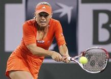 Caroline Wozniacki, da Dinamarca, rebate um lance de Sofia Arvidsson, da Suécia, durante partida do torneio de tênis Indian Wells, na Califórnia. 12/03/2012   REUTERS/Danny Moloshok