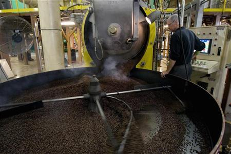 A worker roasts coffee at a Peet's Coffee roasting plant in Alameda, California November 16, 2007. REUTERS/Kimberly White (UNITED STATES)