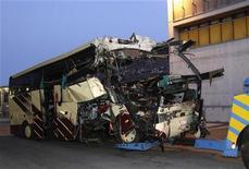 Машина буксирует попавший в аварию в туннеле автобус в Сиерре 14 марта 2012 года. Катастрофа автобуса с бельгийскими туристами в тоннеле в Швейцарии унесла 28 жизней, 22 погибших - дети, сообщила полиция в среду. REUTERS/Denis Balibouse