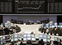 Трейдеры на торгах фондовой биржи во Франкфурте-на-Майне 13 марта 2012 года. Европейские рынки акций открылись ростом в среду после подъема до 33-недельных максимумов на предыдущей сессии, так как позитивные экономические данные и улучшенный прогноз экономики от ФРС повышают спрос инвесторов на акции. REUTERS/Remote/Sonya Schoenberger