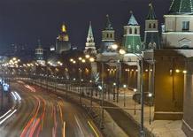 Машины едут по набережной у московского Кремля 1 марта 2012 года. Россия с 19 по 27 марта проведет встречи с инвесторами в США и Европе, на которых обсудит возможность выпуска еврооблигаций, сказали Рейтер источники в банковских кругах. REUTERS/Anton Golubev