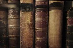Книги Чарльза Диккенса в музее писателя в Лондоне 15 декабря 2011 года. Старейшая англоязычная энциклопедия Britannica, все еще доступная в печатном варианте, вскоре будет издаваться исключительно в цифровом формате. REUTERS/Finbarr O'Reilly