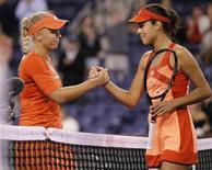 Caroline Wozniacki (E), da Dinamarca, e Ana Ivanovic (D), da Sérvia, dão as mãos após Ivanovic derrotar Wozniacki em partida pelo torneio de Indian Wells, na Califórnia. 13/03/2012  REUTERS/Danny Moloshok