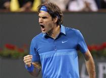 Roger Federer, da Suíça, comemora durante partida contra o canadense Milos Raonic no torneio de Indian Wells, na Califórnia. O espanhol David Ferrer foi eliminado na terça-feira, enquanto Rafael Nadal e Roger Federer avançaram à quarta rodada. 13/03/2012  REUTERS/Danny Moloshok