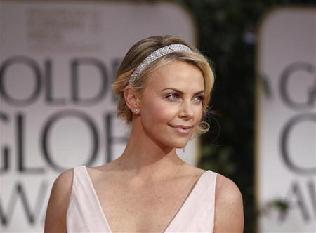 Actress Charlize Theron arrives at the 69th annual Golden Globe Awards in Beverly Hills, California January 15, 2012. REUTERS/Danny Moloshok