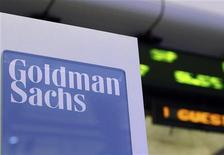 Логотип Goldman Sachs в зале Нью-Йоркской фондовой биржи, 18 января 2012 г. Инвестиционный банк Goldman Sachs столкнулся с беспрецедентной критикой со стороны одного из своих сотрудников, опубликовавшего письмо об отставке в газете New York Times. REUTERS/Brendan McDermid