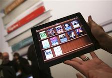 Mulher segura iPad com novo aplicativo iTunes U após coletiva de imprensa para lançamento de um serviço de livros digital, em Nova York. 19/01/2012  REUTERS/Shannon Stapleton/Arquivo